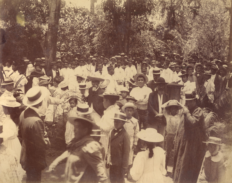 [Crowd of Hawaiians, with the Royal Hawaiian Band] Washington Place, Hawaiʻi, 1897–1901. Photographer unknown.