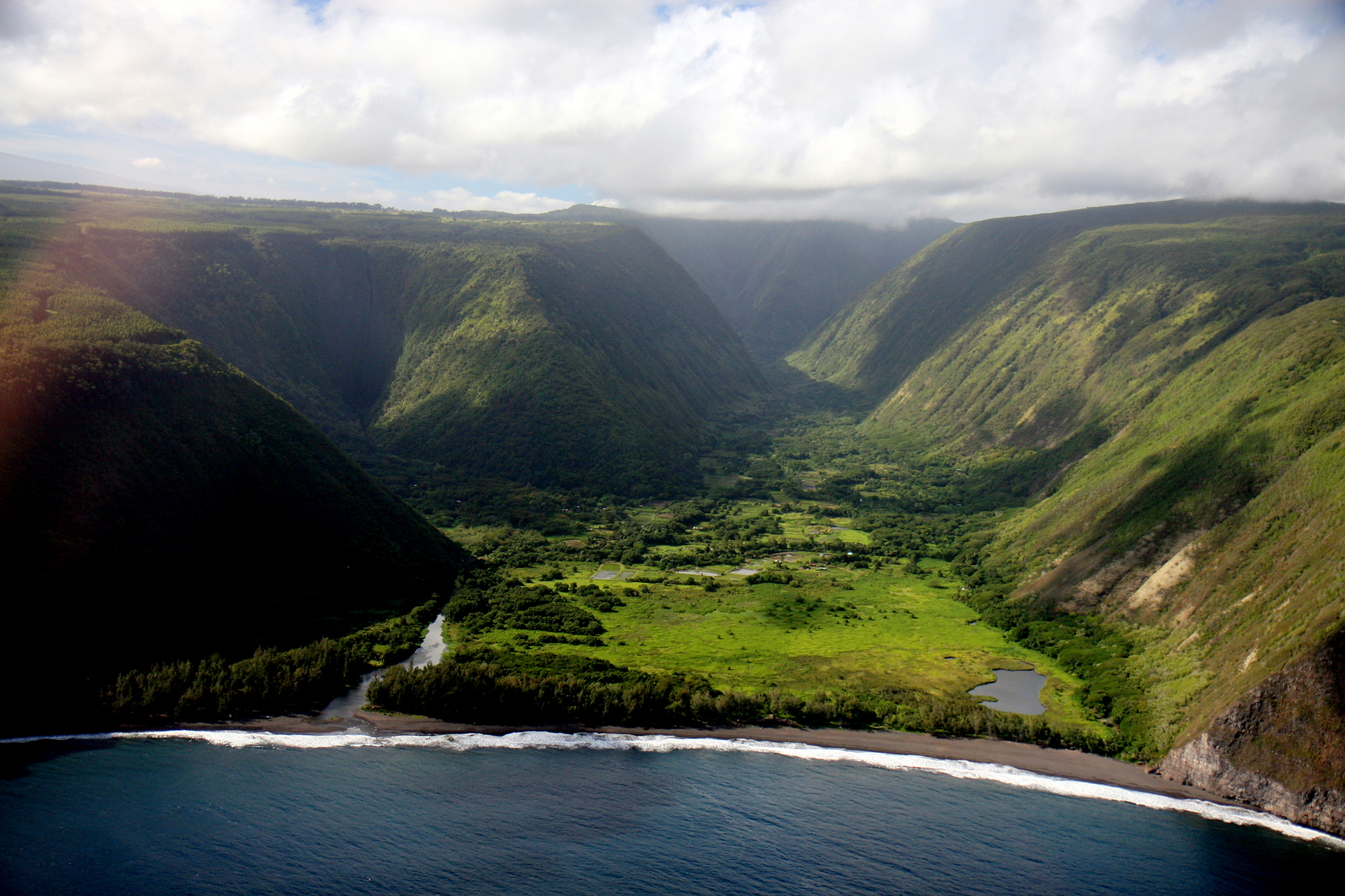 [Waipiʻo Valley] Photo by SF Brit.