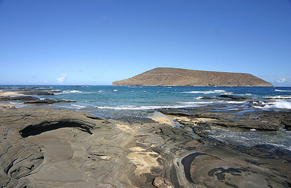 [Beach on Niʻihau] View of Lehua Islet to the north. Photo by Christopher P. Becker.