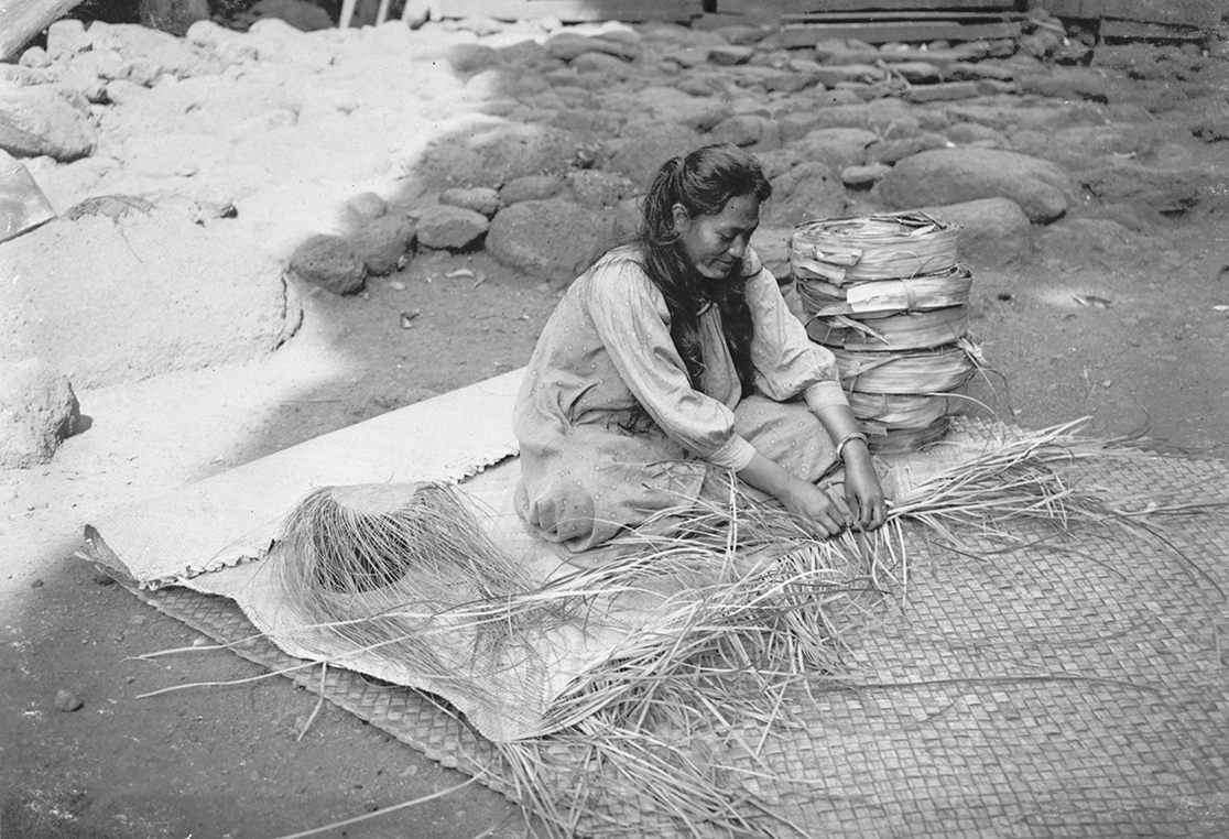 [Traditional weaving] Kihaʻa Piilani weaving a lau hala mat in Pūkoʻo, Molokaʻi, Hawaiʻi, 1912. Photo by Ray Jerome Baker.